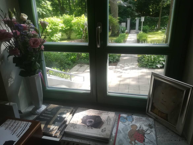 W-oknie-Kolonii-Artystycznej_Kinderkulka.jpg